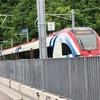 スイスの高速電車の真横を歩く