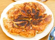会費1人1,500円で「餃子会」 基本の豚餃子から雲丹、牡蠣、ラム肉の変わり餃子まで手作りを楽しむ