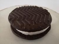セブンの「ほろにがココアの」クッキーサンドは王道のクッキーサンドアイス。この王道感を食べ逃してはいけない。