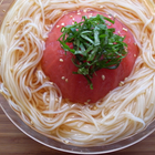 トマトとめんつゆをレンジで3分半。冷たい「トマトそうめん」はトマトの旨味が満ち満ちている【ツジメシの付箋レシピ】