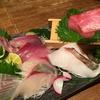 昼網の新鮮な魚と、熟成させた深い味の刺身が食べられる人気店。 鯛の鯛。