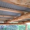トタン屋根の下