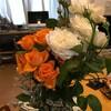 マグカップとオレンジ色の薔薇