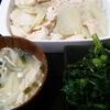 鶏むねじゃがいも、春菊ゴマ和え、味噌汁