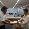 山下市長に 2000筆の署名簿と申入書提出