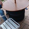【廃タイヤ】を利用してパラソルを立てた それにテーブルを作ってみた