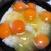 卵をパックごと床に落とす男