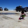 3歳児も興味深々、ウユニ天然源泉水の足湯でリラックス。(ボリビア