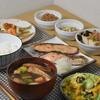 焼鮭と南蛮漬け小鉢並べて朝ご飯 @家ごはん