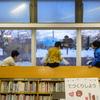 クレヨンで図書館の窓に絵を描いてもらいました♪