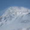 白いベールを纏う鳥海山山頂。