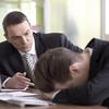 激しく部下を叱責する上司のもとで働くことは不幸だと思う