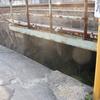 鉄橋の下へ