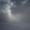 光の中から降ってくる雪