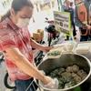 行列必至!人気のニラ饅頭屋台@タラートプルー/トンブリー