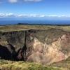 凹地、雄大な形は噴火の証(三原山のカルデラ)