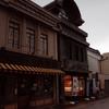 古い米問屋を改築したカフェ風の店内で食す鰻は、癖のない美味しいものだった。川越「林屋」