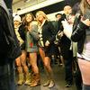 みんなが下半身パンツ一丁で電車に乗る日!!(バンクーバー)