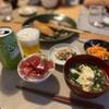マグロ漬けのせ、サバの塩焼き、ハムとニンジンのサラダ、ほうれん草とニラ玉汁