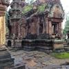 カンボジア シェムリアップ 「バンテアイ・スレイ」遺跡 砂岩の精巧で美しい彫刻の遺跡