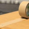 『両面テープ・粘着テープ』の剥がし方!【跡をきれいにする方法、木材、壁紙、ガラス、ガムテープ】