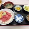 神奈川区山内町 横浜中央卸売市場の「竹家食堂」で中おち丼