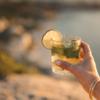 グラスの中に花と緑の「ハーブ氷」