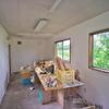 小さな小屋のリノベーション作業が進んでいます。