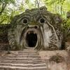 不気味すぎる!怪物の彫像が横たわる恐怖の森