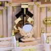 金幣芯と神鏡を神棚の扉の前に置く