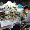 その人の人生があったはず 相模原殺傷、耐えぬ献花