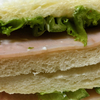 【Oisixのおいしい野菜「みずみずしくて柔らかいフリルレタス」でシャキシャキ感を楽しむサンドイッチ】