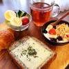 今日の朝食ワンプレート、チーズセサミトースト、紅茶、ゆで玉子きゅうりレタスサラダ、いちごバナナブルーベリーグラノーラヨーグルト