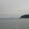 「逗子湾」はうす曇り。