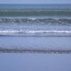 渚のサーフ物語。「朝露の頃、小波に浮かべたサーフボードが描くラインは夏への小道」の巻。