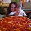 驚異の大きさ!!特大サイズピザ。アメリカのデカ過ぎるピザに迫る
