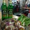 香港でタイ料理、熟食中心:黄竹坑のタイ食堂。鶏の丸焼き、鶏の手のサラダ、青パパイヤサラダなど(南朗山道熟食中心)