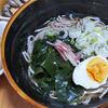 10月24日(土)昼食のそばと、焼鳥屋さんの豆腐サラダ。