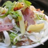 豚タンと新玉ねぎのサラダ、パクチー風味