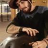 地下鉄の駅構内で心を打つハンドパン演奏をする孤高の男性