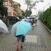 登校の様子 10月の始まりは雨
