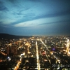 高雄85ビルから夕暮れの景色を眺める