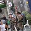 BTSナナ駅にはちょっと屋台が出てる!と思ったら、あっという間に警察官がわーとっ!