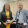漫画家・根本敬氏が手塚能理子さんと一緒に日藝図書館長室へ