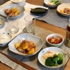 ごはん、鳥肉とじゃがのトマト煮、マカロニサラダとブロッコリー、のりとキムチ
