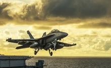 米海軍と空軍の小競り合いは俳優トム・クルーズが原因?! 英語多読ニュース