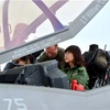 稲田防衛相、米軍機F35を見学 操縦席で説明受ける