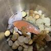 具だくさんの味噌汁に鮭。