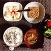 けんちん汁、サラダ、小粒納豆、バナナヨーグルト。