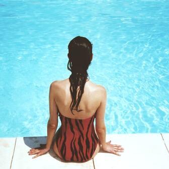 プールの塩素と、髪のダメージの話。プールで髪が傷むのは塩素が原因だと言われていますが、本当なのでしょうか?